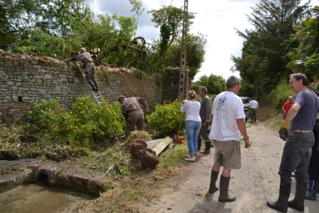 28 06 2014 - nettoyage du lavoir rue d'Ozeville
